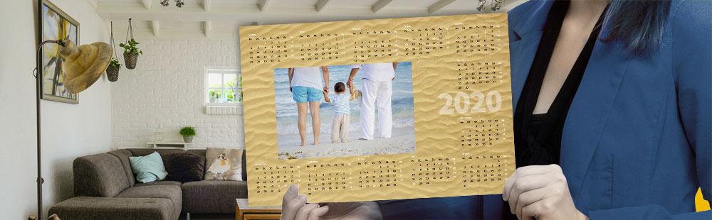 žena držiaca fotokalendár